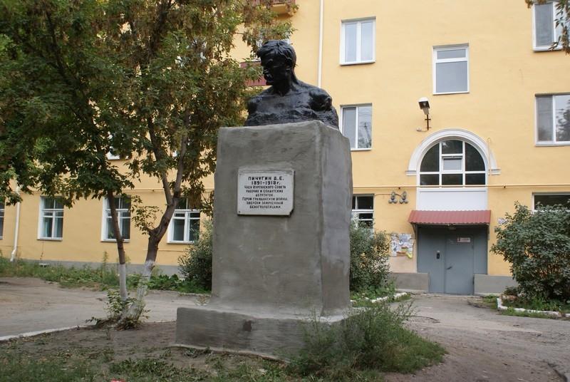 Памятник герою гражданской войны Д.Е Пичугину, ул. К. Мяготина, 134