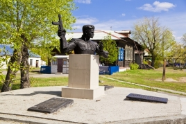 Памятник герою Советского Союза Д.М. Крутикову, ул. Спортивная, 11