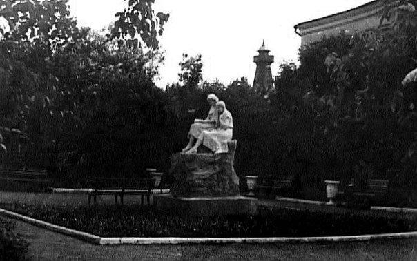 Cкульптурная группа «Читающие девушки», ул.Ленина