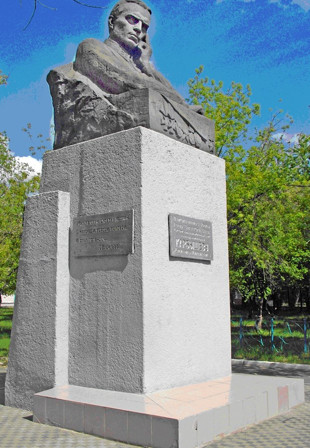 Памятник Д.М. Карбышеву (улица Карбышева, 56, во дворе школы-интерната № 17)